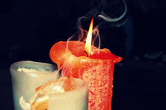 Orange Kerze mit Rauche Lizenzfreies Stockbild