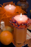 Orange Kerzen in der Dunkelheit Lizenzfreie Stockfotografie
