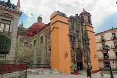 Orange Kirche Guanajuato stockfotografie