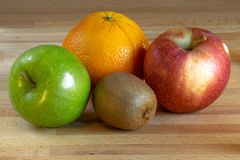Orange, kiwis et deux pommes photos stock