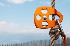 Orange kletternder Flaschenzug mit Seil und carabiner Lizenzfreie Stockfotos