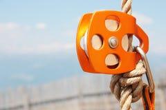Orange kletternder Flaschenzug mit Seil und carabiner Lizenzfreies Stockbild