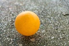 Orange Klingeln pong auf dem Boden stockfoto