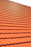 Orange konkreta taktegelplattor på ett bostads- hem Textur för bakgrund för taktegelplattor royaltyfri fotografi
