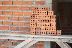 Orange konstruktion f?r hus f?r tegelstenv?gg royaltyfri bild