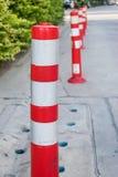Orange kottar är van vid symboliserar bristen av säkerhetskontrollen Arkivfoton