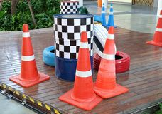 Orange kottar med målade gummihjul och trafiktrummor Royaltyfri Fotografi