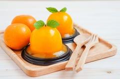 Orange Kuchen auf hölzernem Hintergrund Stockbild