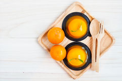 Orange Kuchen auf hölzernem Hintergrund Stockbilder