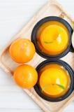 Orange Kuchen auf hölzernem Hintergrund Stockfotos