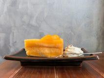 Orange Kuchen auf Holztisch Lizenzfreies Stockfoto