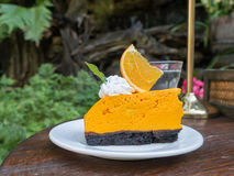 Orange Kuchen auf Holztisch Stockfotos