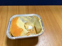 Orange Kuchen in der Folie lizenzfreie stockbilder