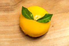 Orange Kuchen gesetzt auf hölzernes Brett Stockfotografie