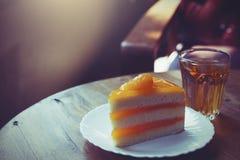 Orange Kuchen mit heißem Tee Stockfotos