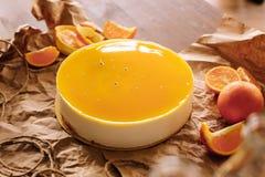 Orange Kuchen mit orange Scheiben Lizenzfreie Stockbilder