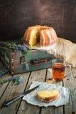 Orange Kuchen mit Retro- Stimmung auf einer alten Tasche Stockbilder