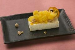 Orange Kuchen mit Tofu auf Schwarzblech im Restaurant zum Nachtisch Stockfoto