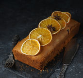 Orange Kuchen, verziert mit karamellisierten Orangen Stockfotos