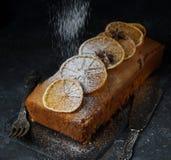 Orange Kuchen, verziert mit karamellisierten Orangen stockfotografie