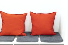 Orange kuddar i det vila hörnet arkivfoto