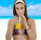 orange kvinnabarn för härlig fruktsaft Fotografering för Bildbyråer
