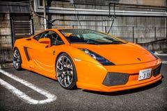 Orange Lamborghini Gallardo auf der Straße von Nikko-Stadt, Japan Lizenzfreie Stockfotos