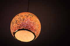 Orange lampa med mörk bakgrund Arkivbilder