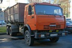 Orange lastbil KAMAZ Arkivbild