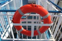 Orange Lebenboje auf dem Geländer eines Schiffs Stockfoto