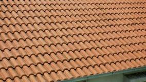 Orange Lehmfliesen auf den Dächern von Häusern stock video
