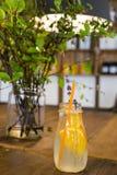 Orange lemonad på trätabellen Royaltyfria Foton
