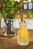 Orange lemonad på trätabellen Royaltyfri Fotografi