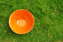 Orange lerakrukmakeriplatta på mässan av hantverkare i Riga Royaltyfria Bilder