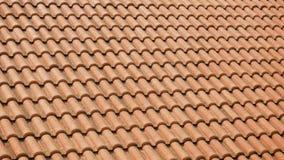 Orange lerategelplattor på taken av hus lager videofilmer