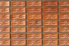 Orange lerategelstenvägg för modell och bakgrund Royaltyfri Foto