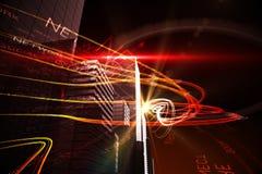 Orange Lichtstrahlen über Wolkenkratzern Stockfotografie