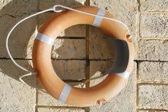 Orange lifesaver på tegelstenväggen Pert Australia Royaltyfria Foton