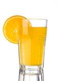 Orange Limonade mit Stück der Orange im Glas Stockbild