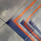 Orange Linien gemalt auf Schritten Stockbild