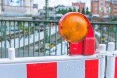 Orange ljus för barriär för konstruktionsvarningsgata på barrikaden Vägkonstruktion på gatorna av europeiska städer royaltyfri bild