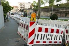 Orange ljus för konstruktionsgatabarriär på barrikaden Vägen lurar royaltyfri bild
