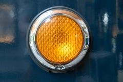 Orange ljus på den gamla blåa spårvagnen arkivbilder