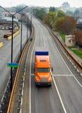 Orange LKW auf der Straßenüberführung Lizenzfreies Stockbild