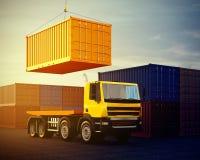Orange LKW auf Hintergrund des Stapels Container Stockbilder