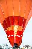Orange Luftballon, der oben fliegt Stockfoto