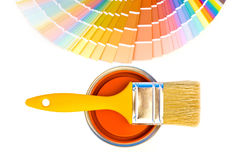 Orange målarfärg och provkartor. royaltyfri bild