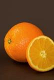 Orange mûre sur la table Photos stock