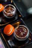 Orange Macaron som tjänas som med röda Bean Dipping Arkivfoton