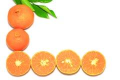 Orange mandarin- eller tangerinfrukter, med gröna sidor på vit bakgrund Arkivbilder